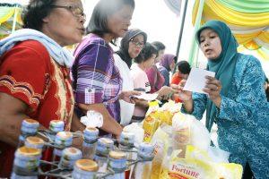 PASAR MURAH. Sejumlah warga mulai memadati pasar murah usai dibuka oleh Plt Wali Kota Medan, Dzulmin Eldin di Lapangan Gajah Mada Krakatau Medan, Senin (1/7). Diberlakukannya pasar murah ini sebagai rangkaian program pemko menjelang Ramdhan. (Jurnal Asia   M Hamdani)