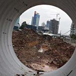 REVISI PERTUMBUHAN EKONOMI. Suasana pembangunan di kawasan Kuningan, Jakarta. Bank Dunia menurunkan proyeksi pertumbuhan ekonomi Indonesia pada 2013 menjadi 5,9 persen dari sebelumnya 6,2 persen. Indikator yang menyebabkan penurunan proyeksi tersebut di antaranya, masih terus menurunnya harga komoditas internasional yang berimplikasi pada pelemahan ekspor Indonesia, indikasi perlambatan pertumbuhan investasi, serta adanya penurunan kepercayaan konsumen.