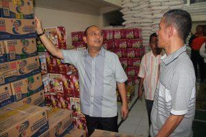 Plt Wali Kota Drs H Dzulmi Eldin MSi memeriksa kondisi kebutuhan bahan pokok yang akan dijual di pasar murah. (Jurnal Asia   Baringin)