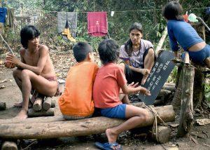 Butet sedang mengajar anak-anak pedalaman