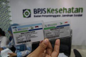Petugas memperlihatkan kartu BPJS Kesehatan elektronik identitas (e-ID) dan kartu peserta BPJS Kesehatan di kantor BPJS Medan, Sumatera Utara, Selasa (8/9). BPJS Kesehatan menerbitkan elektronik identitas (e-ID) yang memuat identitas peserta BPJS Kesehatan secara online dengan fungsi yang sama untuk mempermudah layanan peserta di fasilitas kesehatan. ANTARA FOTO/Septianda Perdana/kye/15