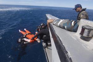 Anggota Angkatan Laut Korea Selatan mengevakuasi korban dari laut ke sekoci penyelamat dalam latihan gabungan Indonesia-Korea Selatan dengan misi penyelamatan di tengah laut di Perairan Kepulauan Mentawai, Sumatera Barat, Jumat (15/4). Latihan gabungan yang merupakan bagian dari latihan laut Multilateral Naval Exercise Komodo (MNEK) 2016 itu bertujuan meningkatkan kemampuan prajurit dalam menangani korban di tengah laut. ANTARA FOTO/Akbar Nugroho Gumay/foc/16.