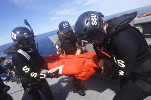Anggota Angkatan Laut Korea Selatan mengevakuasi korban dari laut ke sekoci penyelamat dalam latihan gabungan Indonesia-Korea Selatan  dengan misi penyelamatan di tengah laut di Perairan Kepulauan Mentawai, Sumatera Barat, Jumat (15/4). Latihan gabungan yang merupakan bagian dari latihan laut Multilateral Naval Exercise Komodo (MNEK) 2016 itu bertujuan meningkatkan kemampuan prajurit dalam menangani korban di tengah laut. ANTARA FOTO/Akbar Nugroho Gumay/pd/16