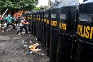Anggota satuan Sabhara Polres Bogor saat menghadang aksi kerusuhan oleh warga di depan Kantor Komisi Pemilihan Umum (KPU), Kabupaten Bogor, Jawa Barat, Jumat (29/4). Simulasi tersebut digelar  sebagai persiapan menghadapi Pemilihan Kepala Daerah (Pilkada) serentak 2017 dan sekaligus persiapan menghadapi aksi buruh pada 1 mei 2016 mendatang. ANTARAFOTO/Yulius Satria Wijaya/foc/16.  *** Local Caption *** Anggota satuan sabhara Polres Bogor saat menghadang aksi kerusuhan oleh warga di depan Kantor Komisi Pemilihan Umum (KPU),  Kabupaten Bogor, Jawa Barat, Juma'at (29/4)