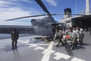 Anggota TNI Angkatan Laut membawa korban menuju helikopter dalam latihan gabungan Indonesia-Korea Selatan  dengan misi penyelamatan di tengah laut di Perairan Kepulauan Mentawai, Sumatera Barat, Jumat (15/4). Latihan gabungan yang merupakan bagian dari latihan laut Multilateral Naval Exercise Komodo (MNEK) 2016 itu bertujuan meningkatkan kemampuan prajurit dalam menangani korban di tengah laut. ANTARA FOTO/Akbar Nugroho Gumay/pd/16