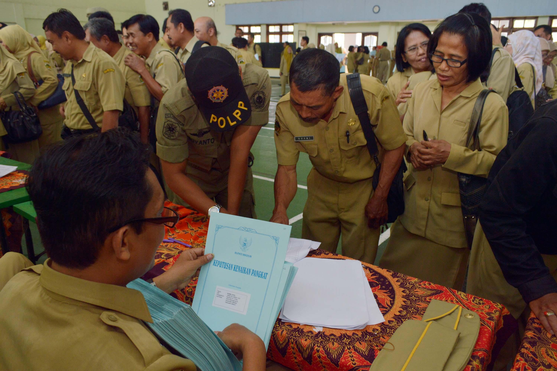 Sejumlah Pegawai Negeri Sipil (PNS) antre untuk menerima Surat Keputusan  Kenaikan Pangkat di Gedung 6ffe28331e