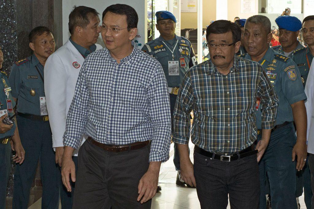 Pasangan Cagub dan Cawagub DKI Jakarta Basuki Tjahaja Purnama (kiri) dan Djarot Saiful Hidayat (kanan) menjalani tes kesehatan di RSAL Mintohardjo, Jakarta, Sabtu (24/9). Setelah menjalani pemeriksaan kesehatan, para pasangan cagub dan cawagub DKI Jakarta disyaratkan menjalani tes psikologi dan uji bersih dari narkoba di BNN pada Minggu (25/9). ANTARA FOTO/Rosa Panggabean/ama/16.