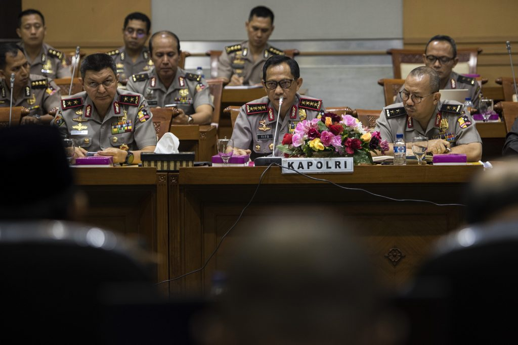 Kapolri Jenderal Pol Tito Karnavian  (tengah) didampingi  Kepala Divisi Hukum Mabes Polri Irjen Pol Setyo Wasisto (kanan) dan Ketua STIK Irjen Pol Rycko Amelza Dahniel (kiri) mengikuti rapat dengar pendapat dengan Panitia Khusus (Pansus) RUU Terorisme DPR di Kompleks Parlemen, Senayan, Jakarta, Rabu, (31/8). Rapat tersebut membahas Revisi UU Nomor 15 Tahun 2003 tentang Pemberantasan Tindak Pidana Terorisme. ANTARA FOTO/Sigid Kurniawan/pd/16.