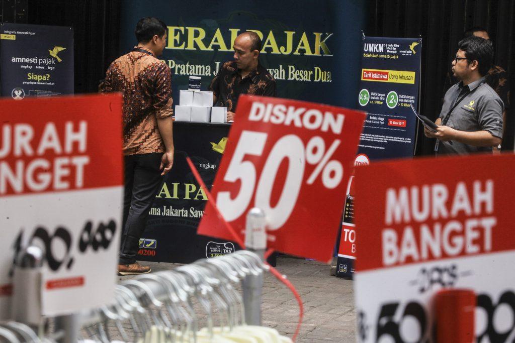 Petugas Dirjen Pajak melakukan sosialisasi mengenai pengampunan pajak atau tax amnesty di gerai pelayanan tax amnesty di kawasan Pasar Baru, Jakarta, Selasa (8/11). Gerai tersebut dibuka untuk mengajak dan mensosialisasikan program tax amnesty kepada pelaku usaha mikro, kecil, dan menengah (UMKM). ANTARA FOTO/Muhammad Adimaja/aww/16.