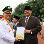 Rektor Unpab Terima Penghargaan Tokoh Peduli Pendidikan