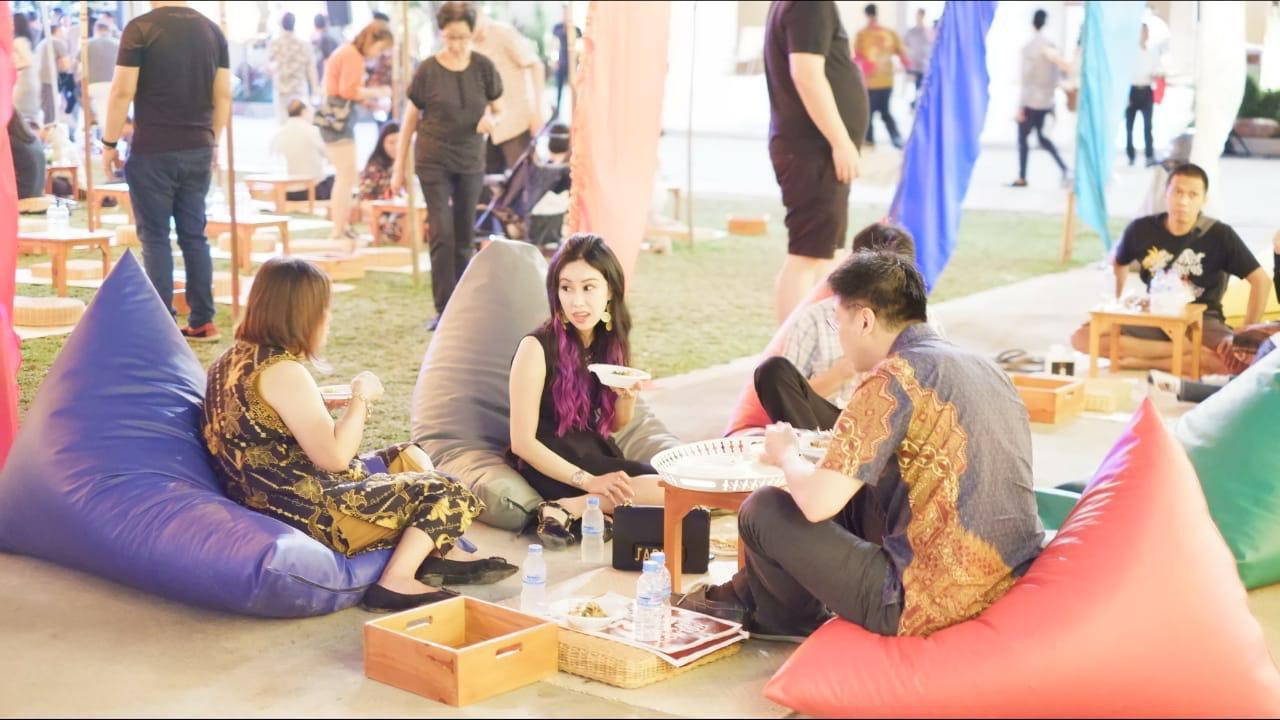 Party : Para pengunjung sedang menikmati acara Chill Out Party di Givency One Medan, kemarin. Ist