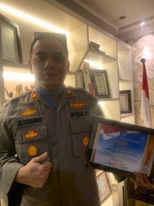 Kapolsek Medan Baru Kompol Martuasah Tobing menerima piagam penghargaan PSMTI. Ist