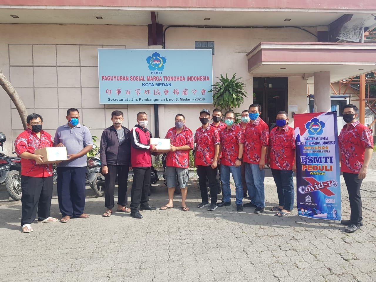Putus Mata Rantai Covid-19, PSMTI Bagikan Langsung Paket Sembako ke Warga Medan