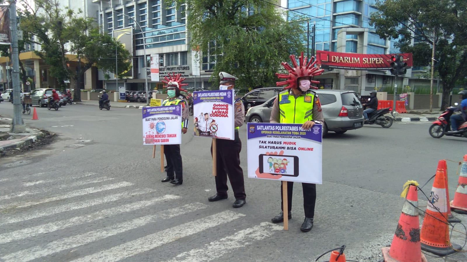 Pakai Kostum Corona, Satlantas Polrestabes Medan Bagikan Masker dan Brosur Pencegahan Covid-19