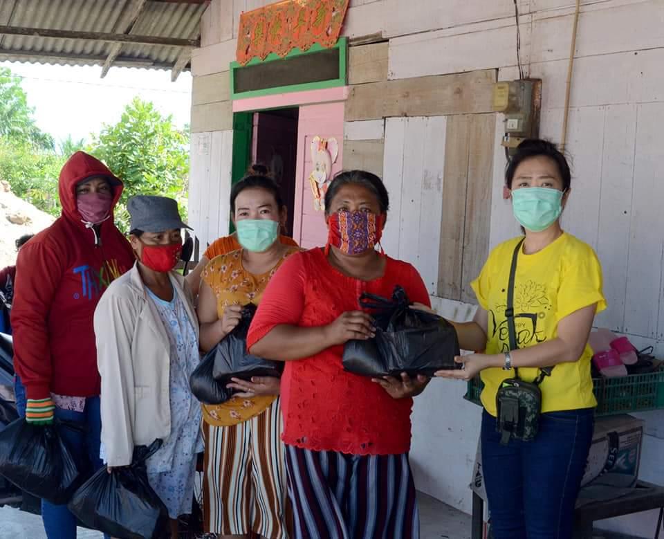 Masyarakat Pantai Labu Dapat Bantuan Sembako dari Group Khanti Paramita