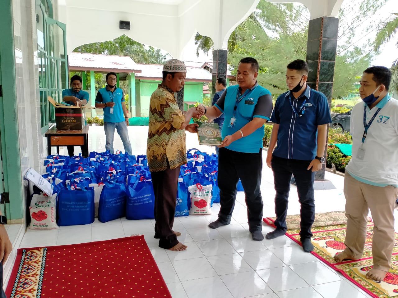Berbagi Berkah, WOM Finance Bagikan Al-Qur'an ke Pondok Pesantren