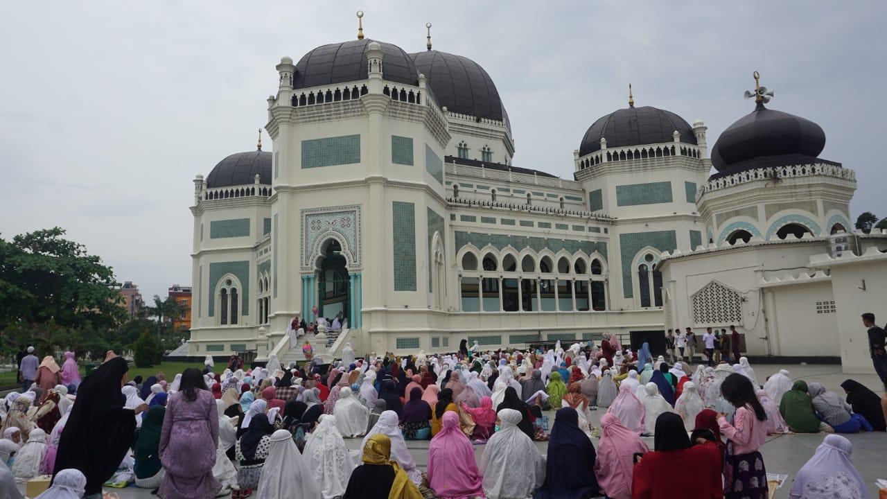 Ribuan Warga Salat Idul Fitri di Masjid Raya Medan