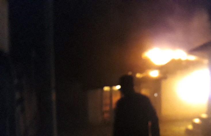 Warga 2 Desa di Tapsel Bentrok! Rumah dan Sepedamotor Dibakar, Ini Penyebabnya