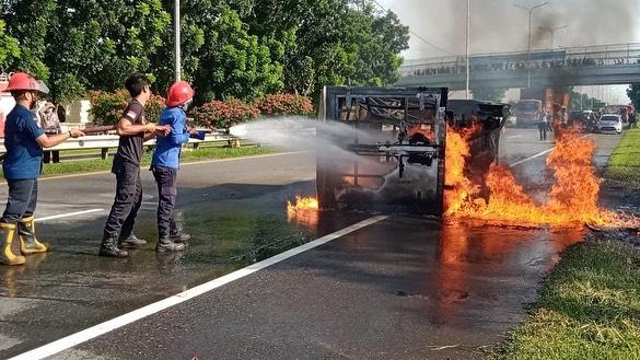 Mobil Box Terbakar di Belmera, Supir dan Kernek Kabur