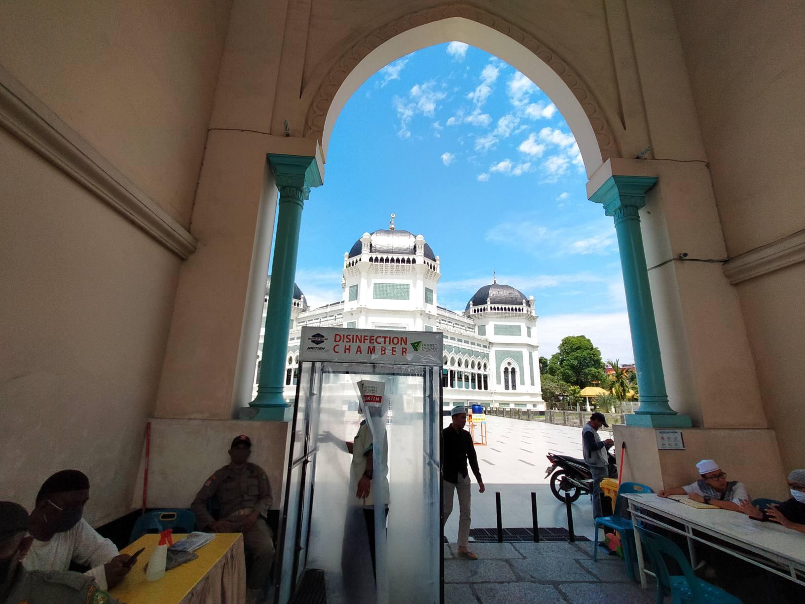 Persiapan Masjid Raya Medan Jelang Hari Raya Idul Fitri, Seluruh Areal Disemprot Disinfektan