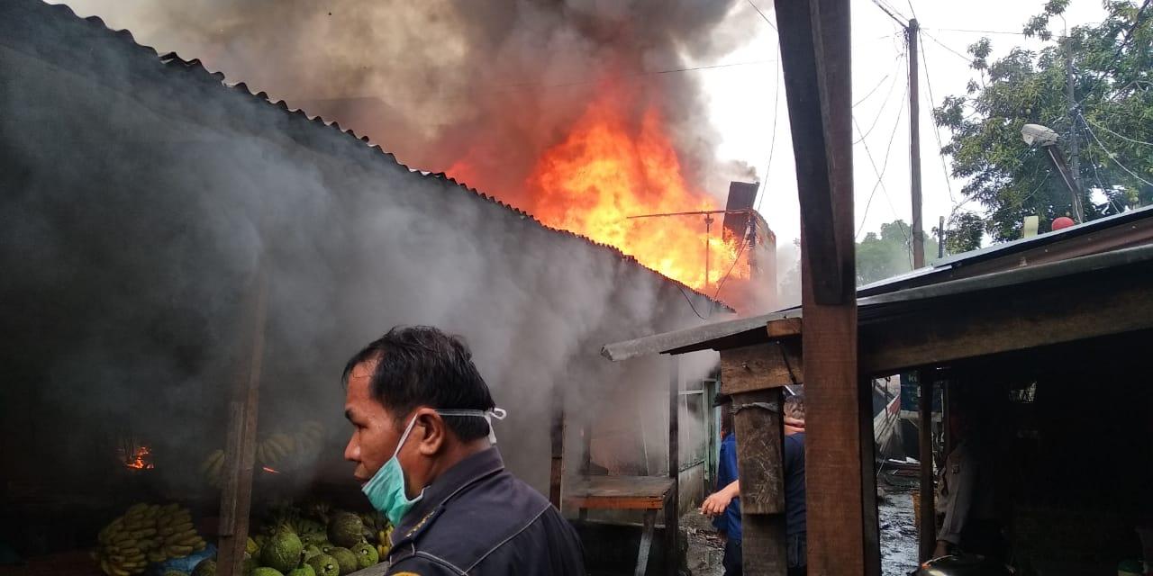 Kebakaran Melanda Kawasan Pemukiman Padat Penduduk di Jalan Punak