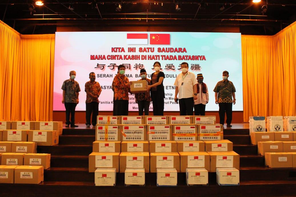 Konjen RRT di Medan Serahkan Bantuan Peduli Covid-19 ke Masyarakat Perkumpulan Etnis
