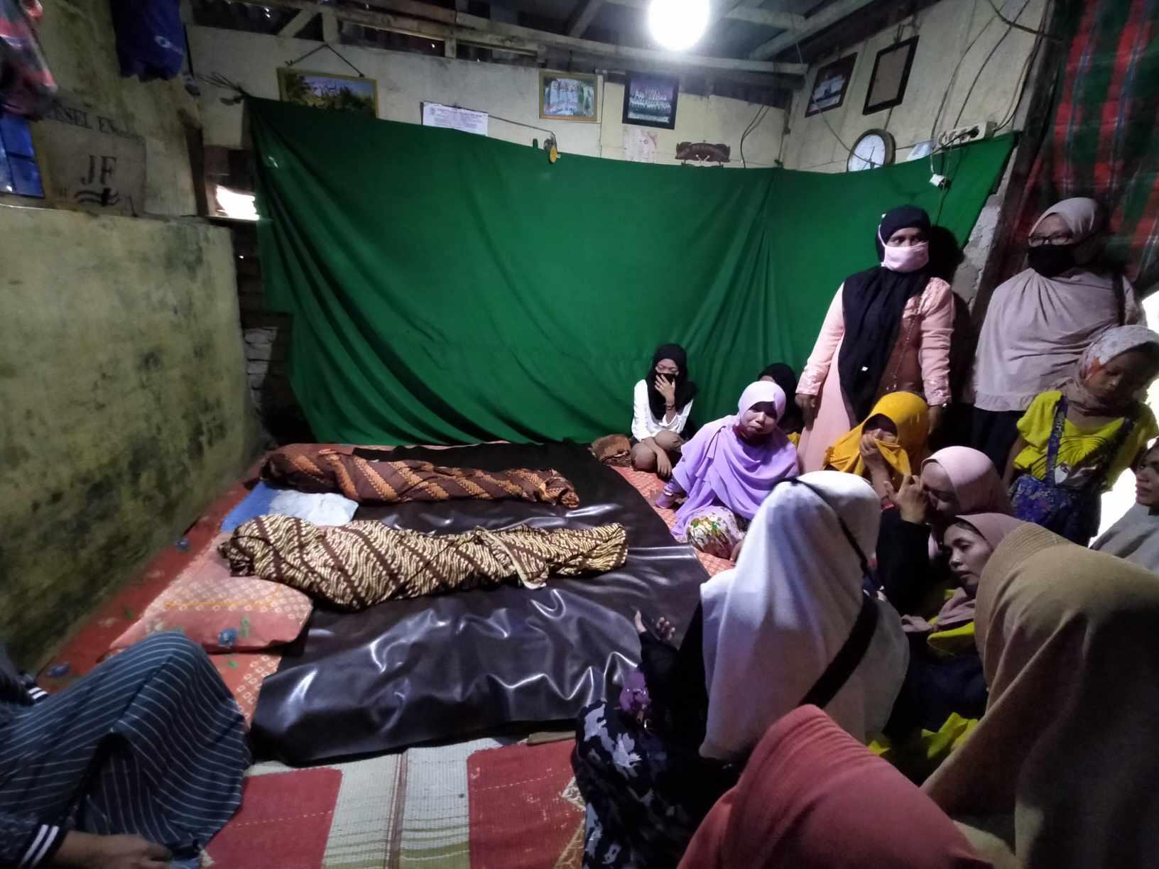 Tangis Haru Warnai Kedatangan Jenazah 2 Bocah di Rumah Duka