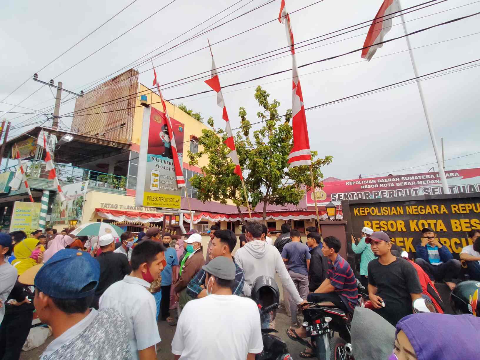 BREAKING NEWS : Puluhan Warga Desa Sei Rotan Demo Polsek Percut, Minta Warga Dibebaskan
