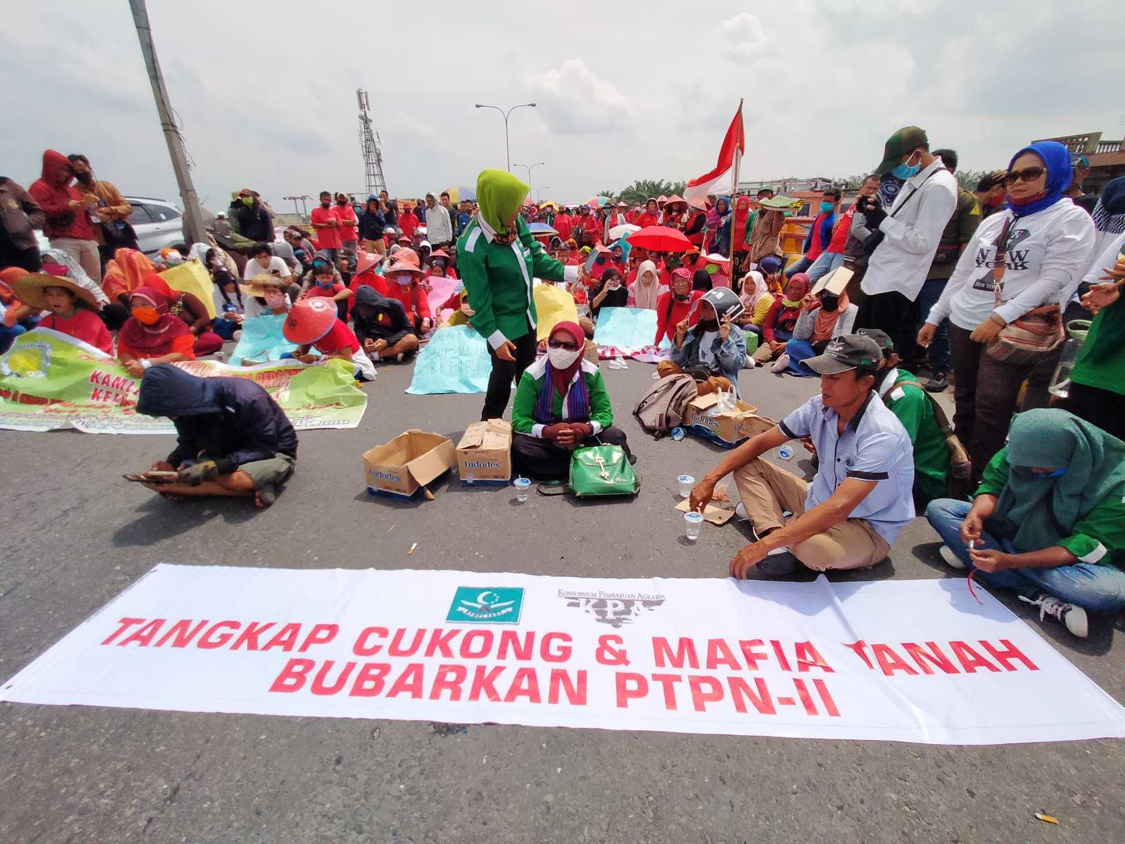 Tolak Omnibus Law, Ratusan Buruh dan Petani Duduki Fly Over Ampas