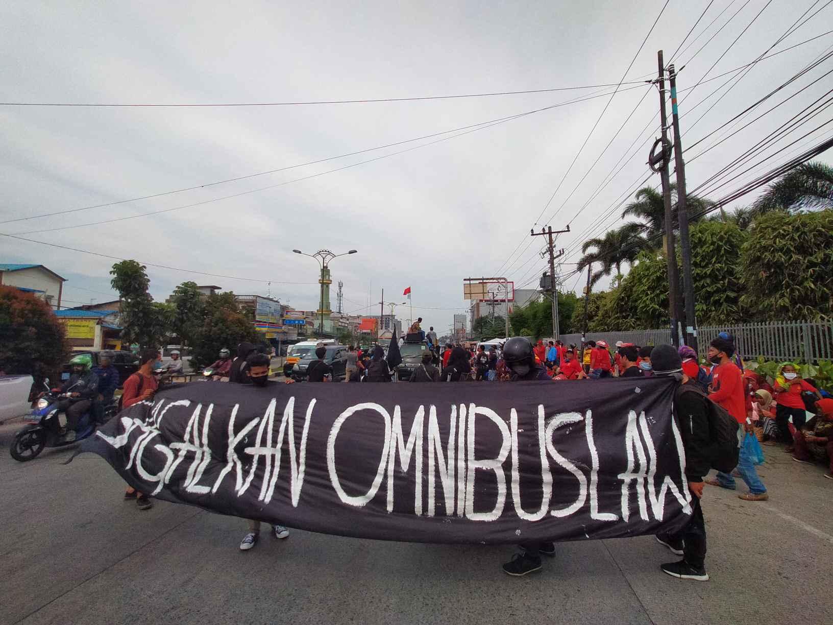 Massa Aksi Tolak Omnibus Law Lanjutkan Orasi di Simpang Tritura