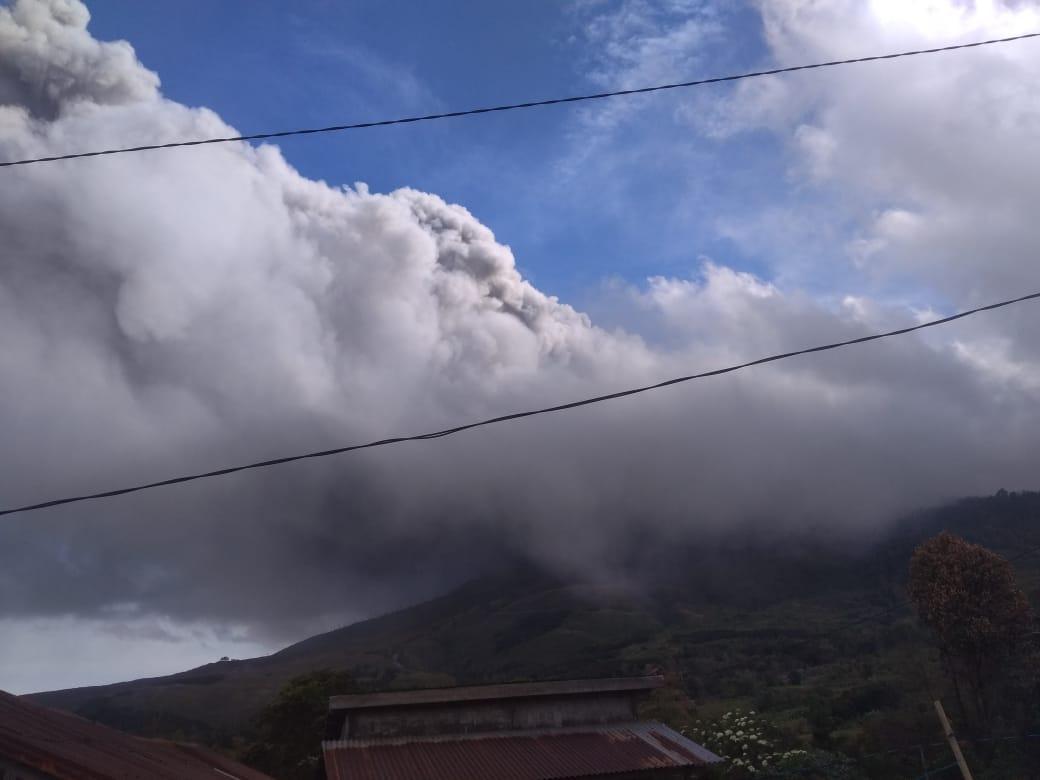 Sore Tadi, Gunung Sinabung Kembali Erupsi Tinggi Kolom Abu 1.000 Meter