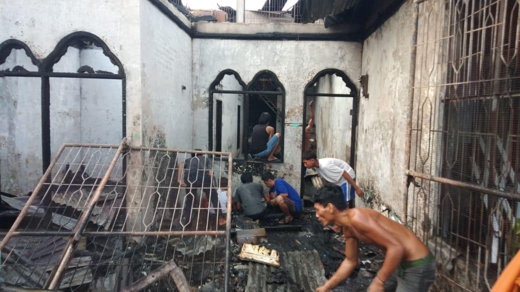 Kebakaran Hanguskan 2 Unit Rumah di Jalan Manyar Perumnas Mandala